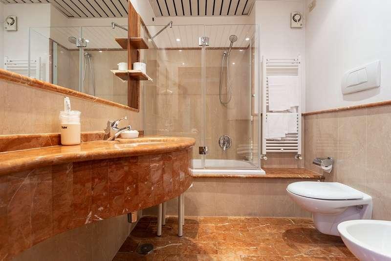 bagno in marmo Spello Hotel il Cacciatore